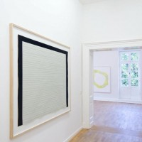 Ausstellungsansicht Papier/Paper II, Frank Badur (l.), Karim Noureldin (h. M.)